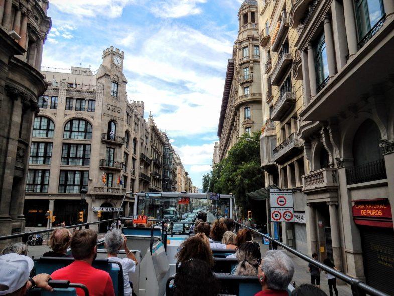 オープントップの周遊バスで市内を巡る