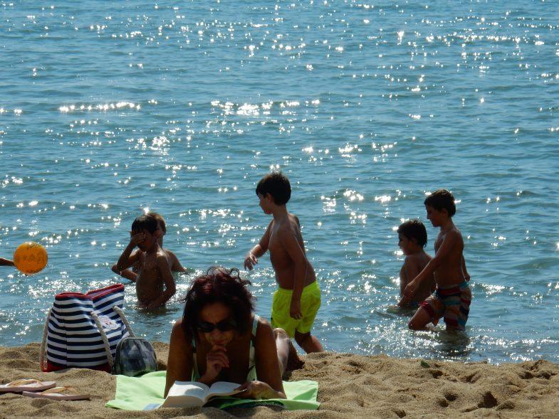 土曜日のビーチは平和な空気が充満