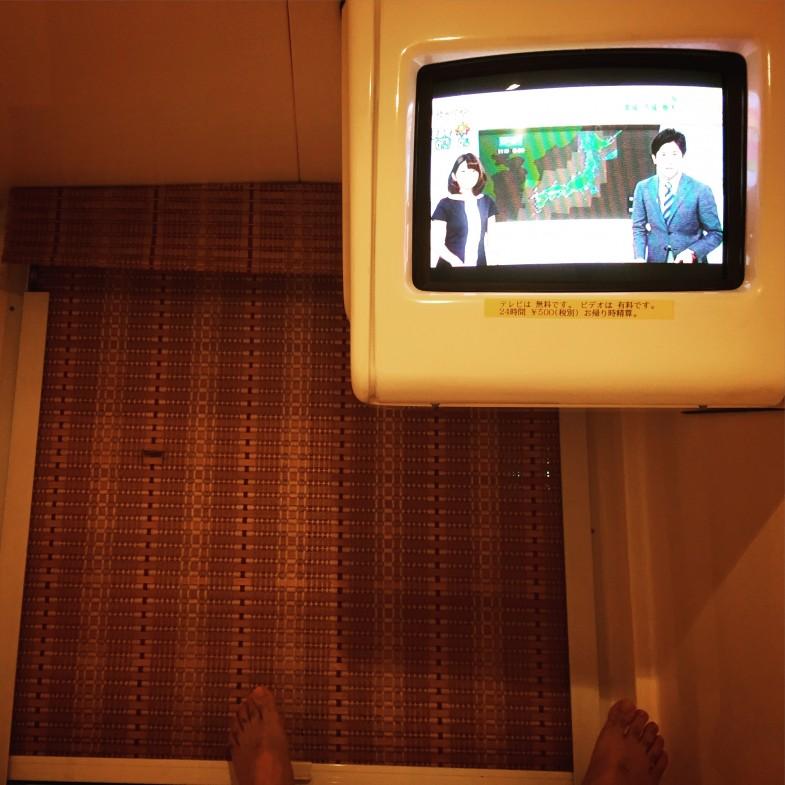 大阪心斎橋のカプセルホテルで関東の豪雨ニュースを呆然と眺める