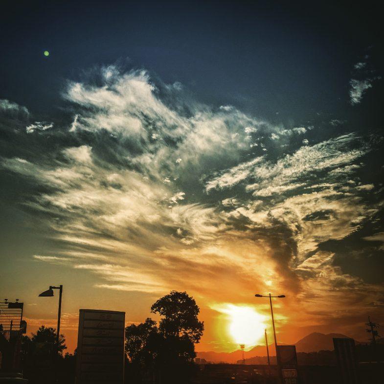 カーディーラから見上げた夕焼け
