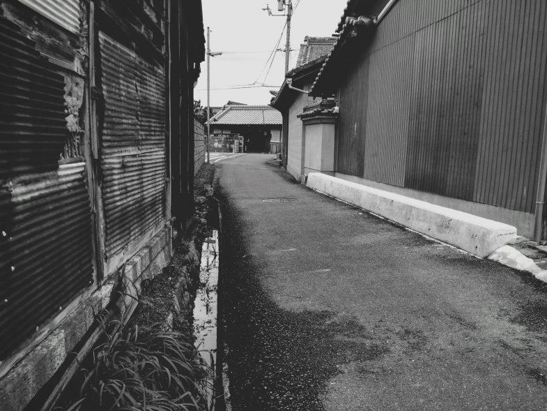 奈良の路地を歩く