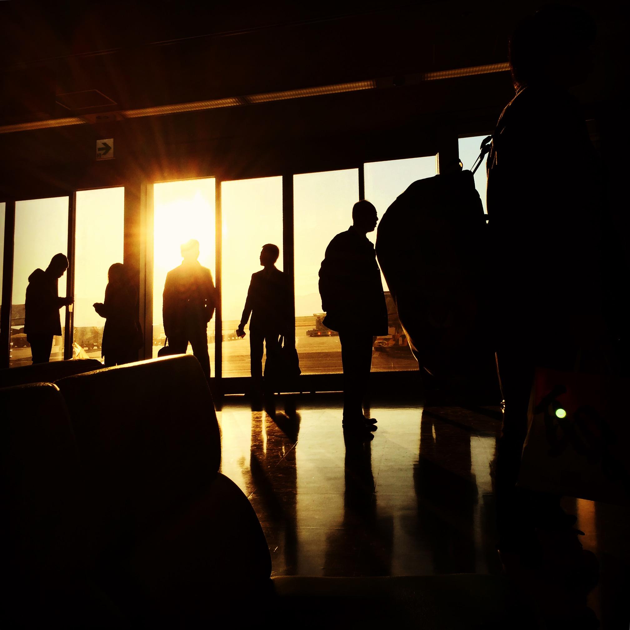関西国際空港で朝日を浴びながらフライトを待つ人たち