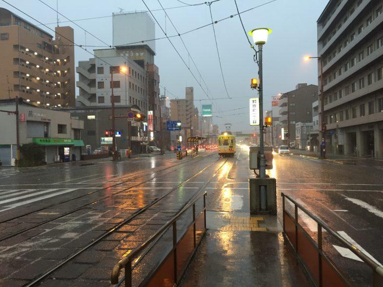春の嵐の高知市内